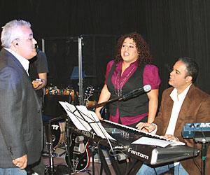 De izquierda a derecha, Danny Berríos, Ingrid Rosario y Perucho Rivera, se unen para alabar al Señor en el programa de Enlace de Semana Santa. Foto: Lorraine Díaz.